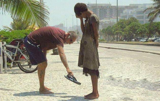 covjek nudi svoje papuce sirotoj bosoj djevocici
