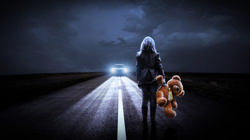 djevojka na cesti sa medom u ruci