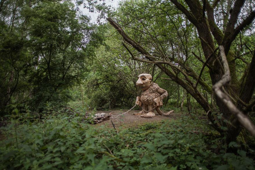 Skulptura od drveta u sumi