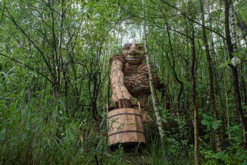 Drvena skulptura diva u sumi
