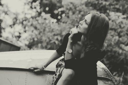 Djevojka sjedi i razmislja