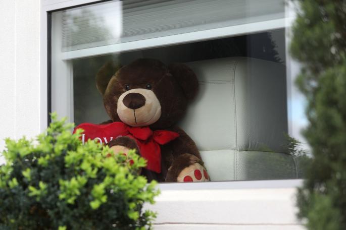 medo igracka na prozoru