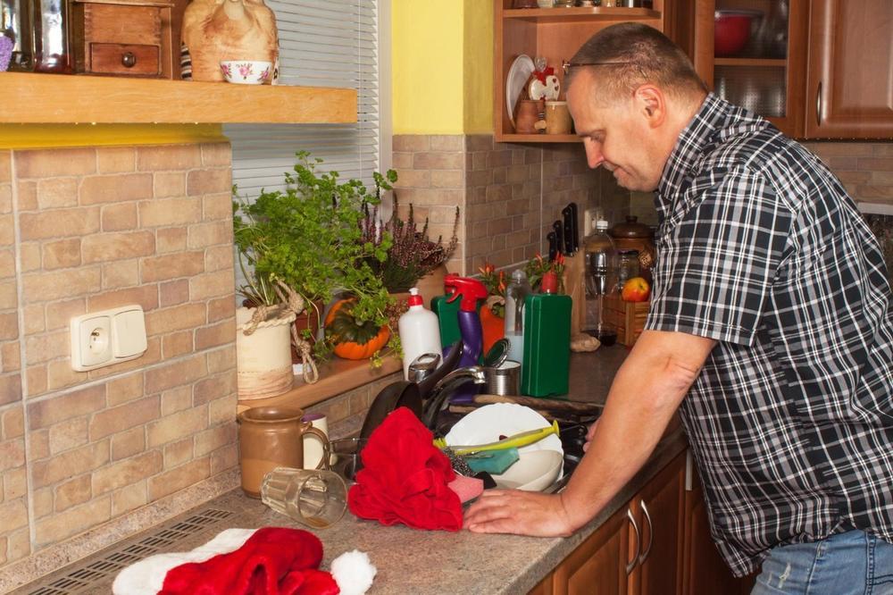 Muž u kuhinji
